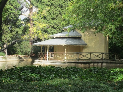 La Casa de Cañas y, al lado, la escalera de hierro