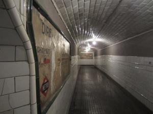 El pasillo con la gran flecha al fondo