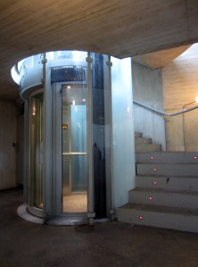 El ascensor de bajada al frío vestíbulo