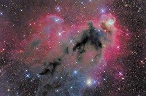 Nebulosa oscura rodeada por nebulosa de emisión