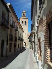 La calle, desierta, de Santa María con al fondo la torre-campanario