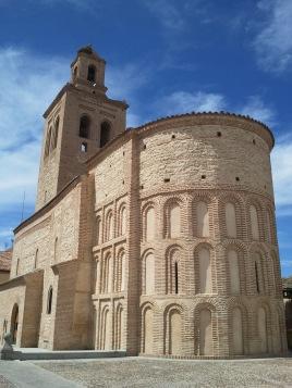 Santa María la Mayor con su ábside invasor...