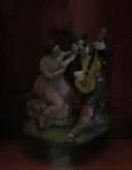Un saleroso guitarrista cantando coplas o serenatas