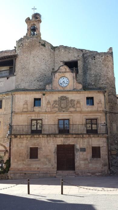 El castillo con sus torreones, espadaña y nido de entonces y de ahora