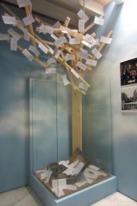 El original árbol de las libertades con su lecho de hojas y una amenazadora silueta