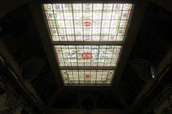 La vidriera modernista con la imperiosa figura de la implacable Themis al centro