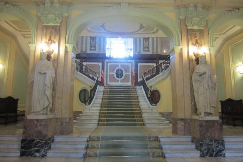 La grandiosa escalera de honor del vestíbulo principal