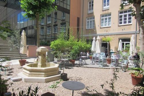 La tranquila terraza del Insituto francés