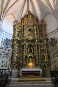 ... y su barroco altar mayor